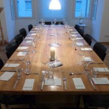Refektoriumstisch bereitet für die Veranstaltung: Mahlzeit - genießen auf klösterlicher Art